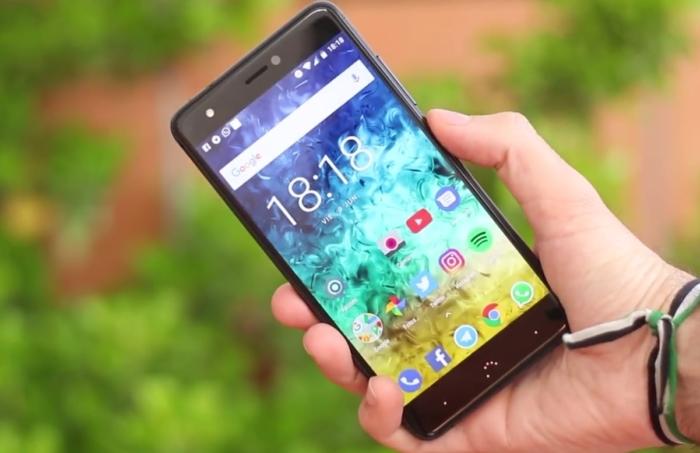 Вот так смартфон будет лежать в руке